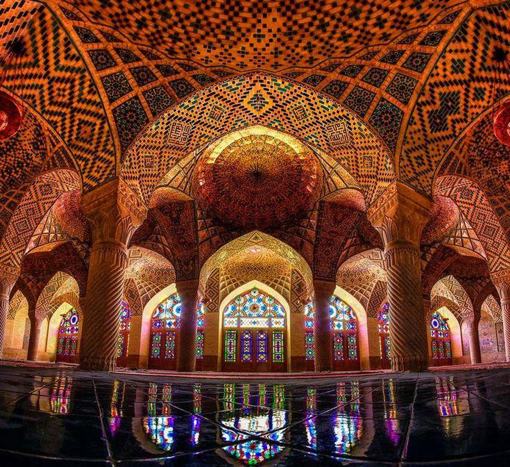 Parmi les merveilles de l'architecture, les mosquées se démarquent particulièrement grâce à leurs vitraux qui emplissent les lieux d'une lumière multicolore resplendissante... DGS vous fait visiter 50 de ces spectaculaires édifices.&...