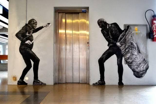 L'artista di strada francese Charles Leval, meglio conosciuto come Levalet, crea bellissimi disegni in bianco e nero che si integrano in modo sottile con le strutture urbane. Quest'ultime sono sia palcoscenico che elementi essenziali delle sue opere, dal momento che sono disponibili gratuitamente 😉 Le opere di Levalet si muovono in bilico tra la poesia …