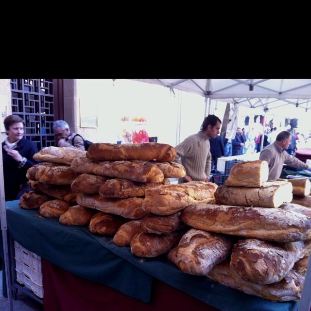 Pa de pagès al mercat de Vic (pan de pueblo en el mercado de Vic). Osona, Barcelona.