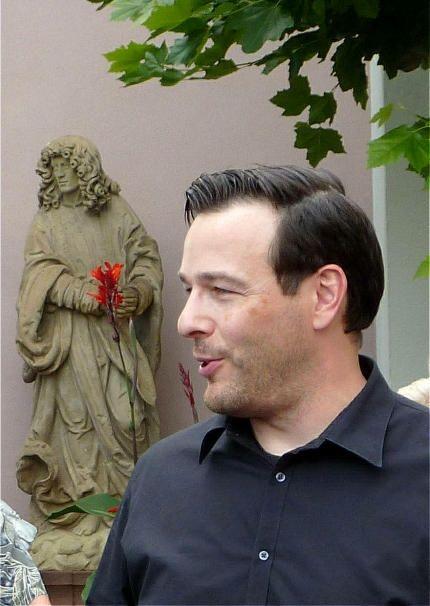 Andreas Scholl im Kirchhof von Mariae Himmelfahrt Hallgarten