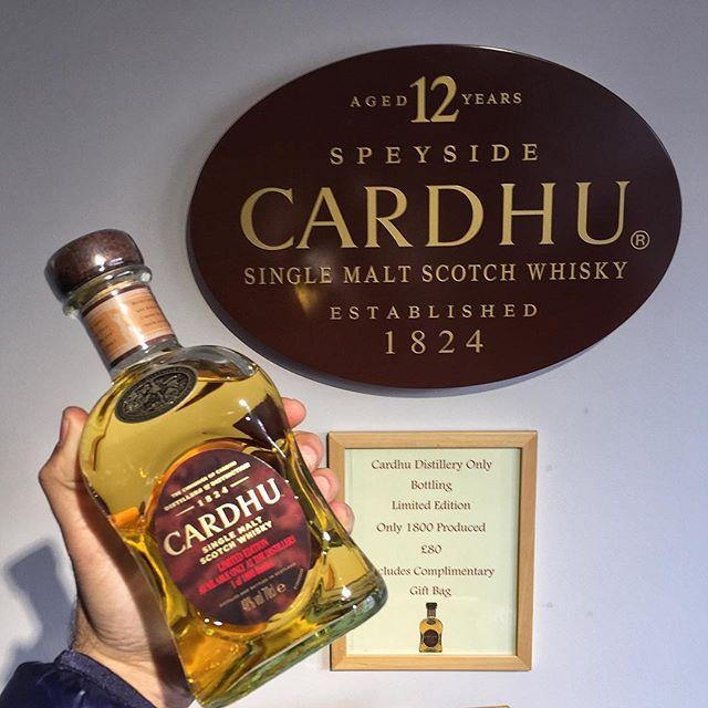 """Cardhu çok tanınan bir single malt markası değil ve """"içtiniz mi?"""" diye sorsam bazılarınız hayır yanıtı verebilir. Aslında içtiğinize eminim zira dünyanın en çok satan İskoç viskisi olan Johnnie Walker harmanlarının kalbinde Cardhu single maltı bulunuyor ve bugüne kadar Johnnie Walker içmemiş bir viskisevere denk gelmedim Fotoğraftaki Limited Edition şişe geçen seneki İskoçya turumdan en keyifli damıtımevi gezilerimizden biri de Speyside'daki Cardhu damıtımeviydi #viskibilgileri #blend…"""