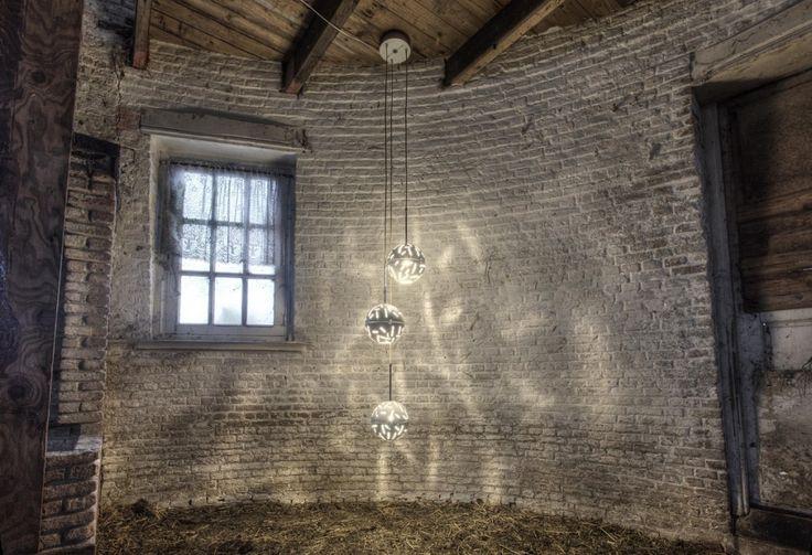 Deze prachtige videlamp betaat uit een familie van aluminium schalen die uitgelaserd zijn om zo een mooi patroon op de muur en het plafond te geven.  Er zijn 4 verschillende kleuren beschikbaar, namelijk: wit, grijs metallic, brons metallic en aluminium gelakt.  www.brobbelinterieur.nl/collectie