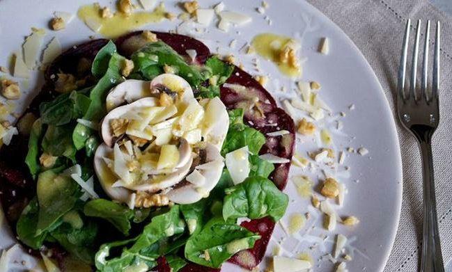 Insalata di barbabietole con spinaci, funghi crudi, gherigli di noci e scaglie di parmigiano in vinaigrette alla senape | Food Loft - Il sito web ufficiale di Simone Rugiati