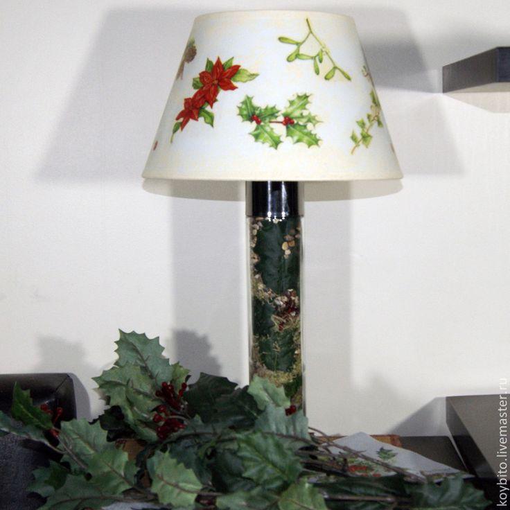 """Ещё """"Лесная"""" тема. Настольный светильник """"Падуб"""", ручная работа, изготовлен в единственном экземпляре. Наполнение: окрашенный мелкий гравий, мелкая галька, мох натуральный, искусственные листья и плоды падуба. Абажур выполнен в технике декупаж."""