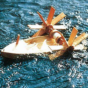 """Den pfiffigen Bausatz für ein Schiff """"Forelle"""" aus Holz gibt´s bei Living Quality. Die Zeitung Öko-Test hat es gerade ausgezeichnet."""