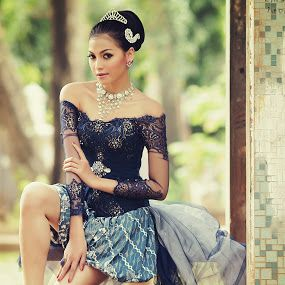 P O S E by Arrahman Asri - People Fashion ( pose, fashion, blue, batik, woman, beautiful, kebaya, beauty, young, people )