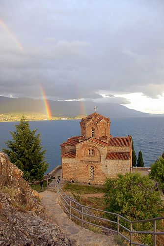 www.macedonievakantiehuis.com Church of St. John at Kaneo on Lake Ohrid in Macedonia. http://www.flickr.com/people/zoyanaskova/)