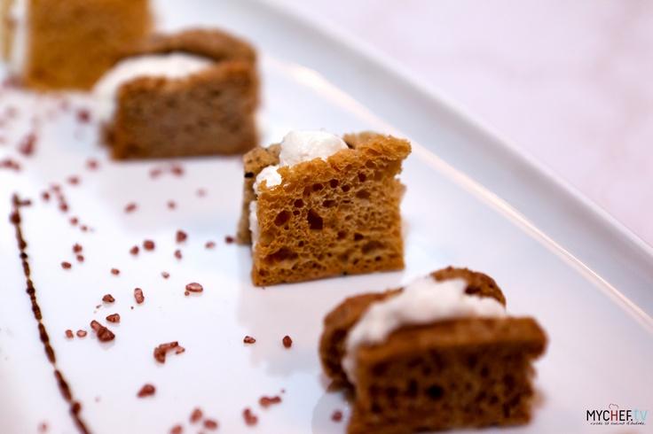 Mini toast di pane nero fatto in casa con farina di sagale e di carrube, con mousse al gorgonzola