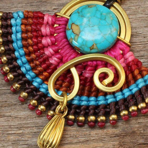 Este es un divertido collar que presenta una serie de algodón tejido alrededor de una espiral de latón en forma. El collar también cuenta con una
