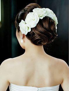 白バラの気品とみずみずしさを生かして 清楚で優しいオーラを放つ花嫁美が完成/Back|ヘアメイクカタログ|ザ・ウエディング