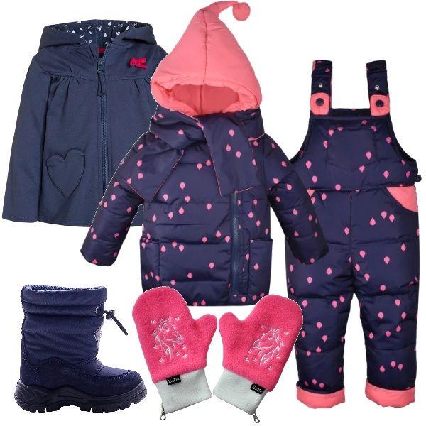 Outfit per le cucciole più piccole, per festeggiare sulla neve un compleanno: completo tre pezzi imbottito, salopette, giacca e sciarpa, abbinato a stivali da neve, in pelle e tessuto, felpa con cappuccio blu e muffole rosa.