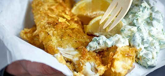 Friture d'églefin en croûte de chips aux pickles, sauce tartare
