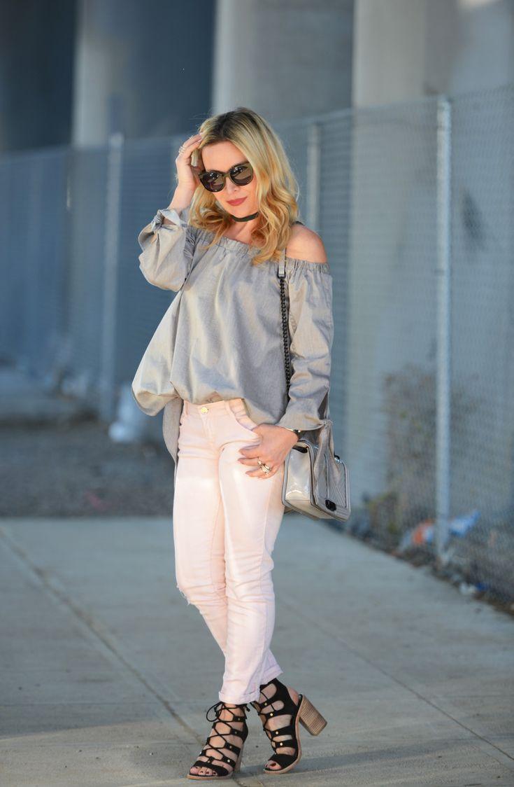 серый топ розовые джинсы 4