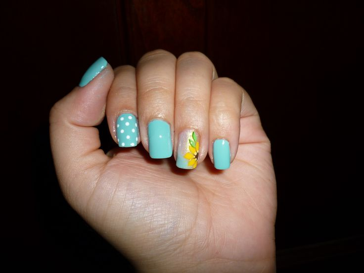uñas decoradas con girasoles