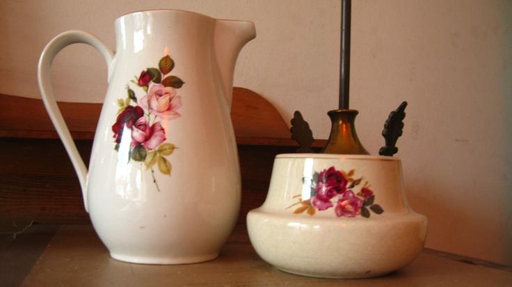 Jarrito precioso Fanaloza y potiche Lozapenco,los encontré en la feria de Valpo por separado ,me encantan los motivos florales..