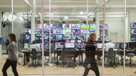 DF anklager TV 2 for at bryde medieaftale  Midt i regeringens omfattende udflytning af statslige arbejdspladser rykker TV 2 et stigende antal medarbejdere til København. Klokkeklart brud på medieaftale, lyder det fra Dansk Folkeparti.