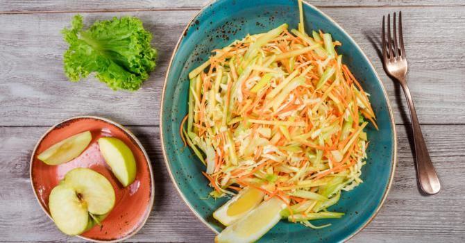 Recette de Salade râpée ultra détox pomme, carotte et céleri . Facile et rapide à réaliser, goûteuse et diététique.