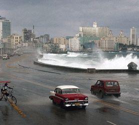 #Malecón de La Habana Mal Tiempo - Malecón de #LaHabana no siempre es el lugar soleado y tranquilo que todos amamos. Durante los meses de invierno los sistemas meteorológicos pueden causar trastornos en las corrientes #marinas en la costa norte de #Cuba www.elmalecón.com