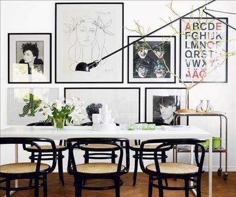 Svarta konturer, fotokonst och museiaffischer mot kritvit grund ger pregnans åt 60-talsvillan i Brom...