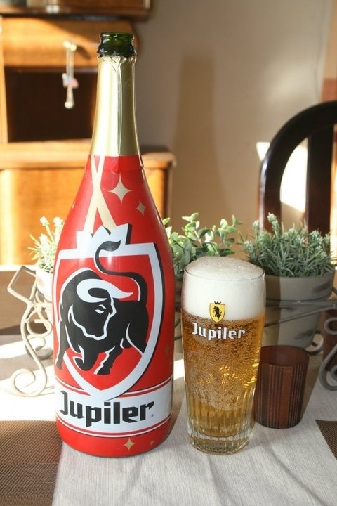 Score 8/10 Jupiler (5.2%). A beer for all occasions. In the picture it is a kind of unusual bottle, for Christmas time.