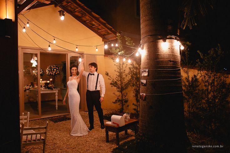 Decoração mini wedding com varal de luzes. Casamento intimista estilo romântico e vintage. Petit wedding. Veja mais desse casasamento em: http://www.renatoganske.com.br/portfolio/mini-weddings/134590-amanda-alexandre-mini-wedding-jardim-amelie-casamento-intimista-jardim-amelie-fotografo-casamento-joinville-santa-catarina