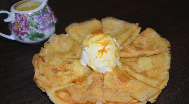 Апельсиновые блинчики с апельсиновым соусом и домашним мороженым Мороженое:  творожная масса 9% - 200 г сметана 20% - 200 г сахарная пудра – 20 г Соус:  апельсин - 3 шт. сахар - 150 г сливочное масло - 100 г Тесто:  яйцо - 4 шт. Тесто:  молоко 3,5% - 500 мл сахар - 1 ст.л. мука - 280 г соль- 1/2 ч.л. масло растительное - 90 мл