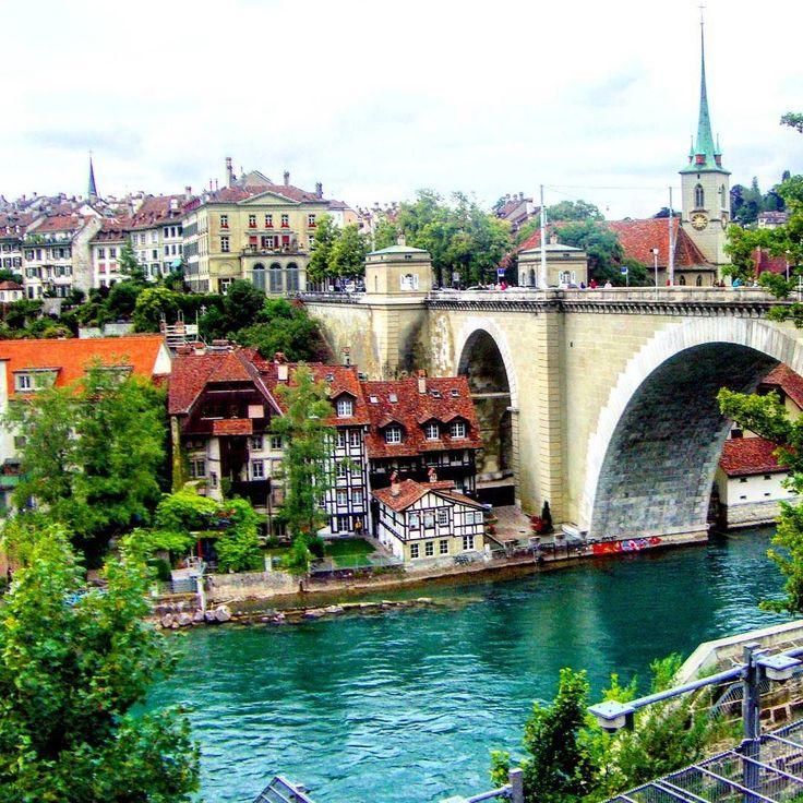 Ponte sobre o rio Aare em Bern capital política da Suíça. Também conhecida por ser a cidade dos ursos. #abussolaquebrada #viagem #suica #viajar #unidosporai #travel #unitedaround #traveler #arquitetura #architecture