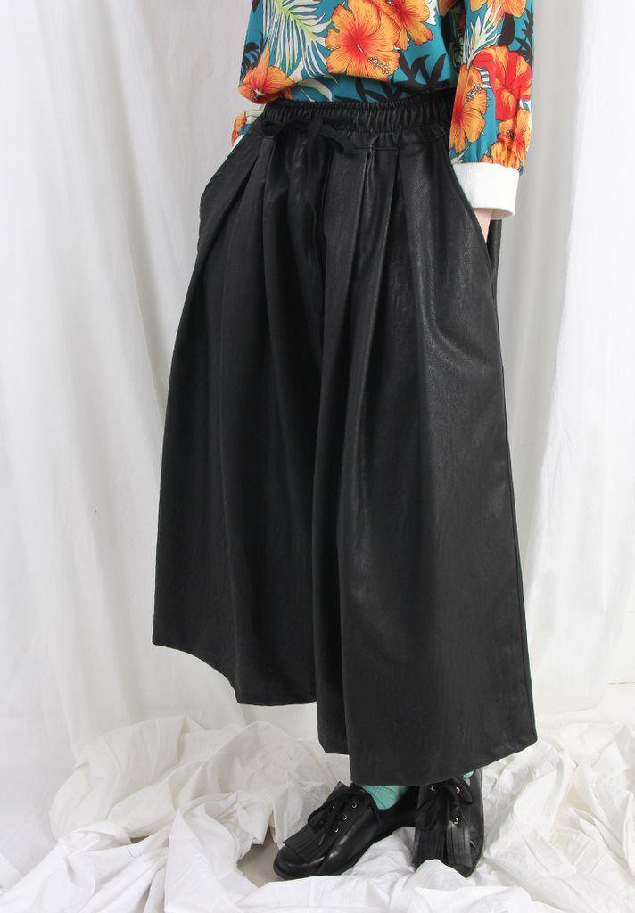 Pantalones de cuero de pierna ancha en color negro para mujer. (Wide leg leather pants in black for women).