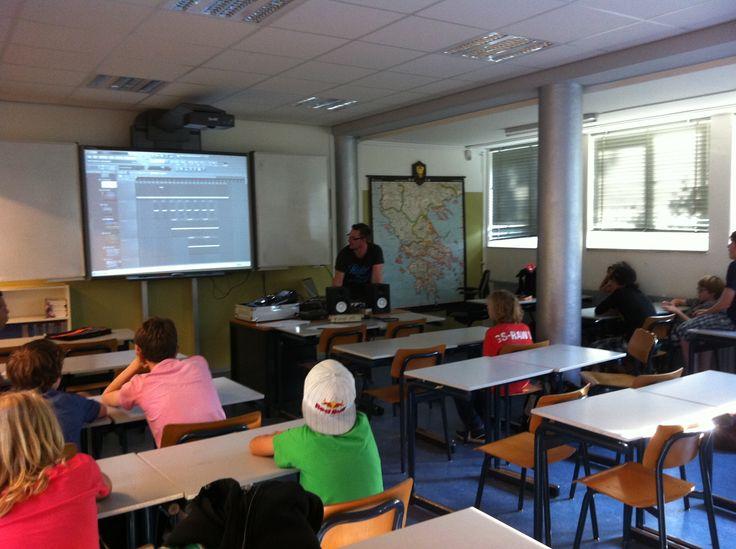 http://www.djschoolutrecht.nl Op middelbare #scholen geeft #DJ #School #Utrecht ook bijv. een #muziekproductie #workshop #housetrack maken, deze workshop werd gegeven in #FruityLoops.