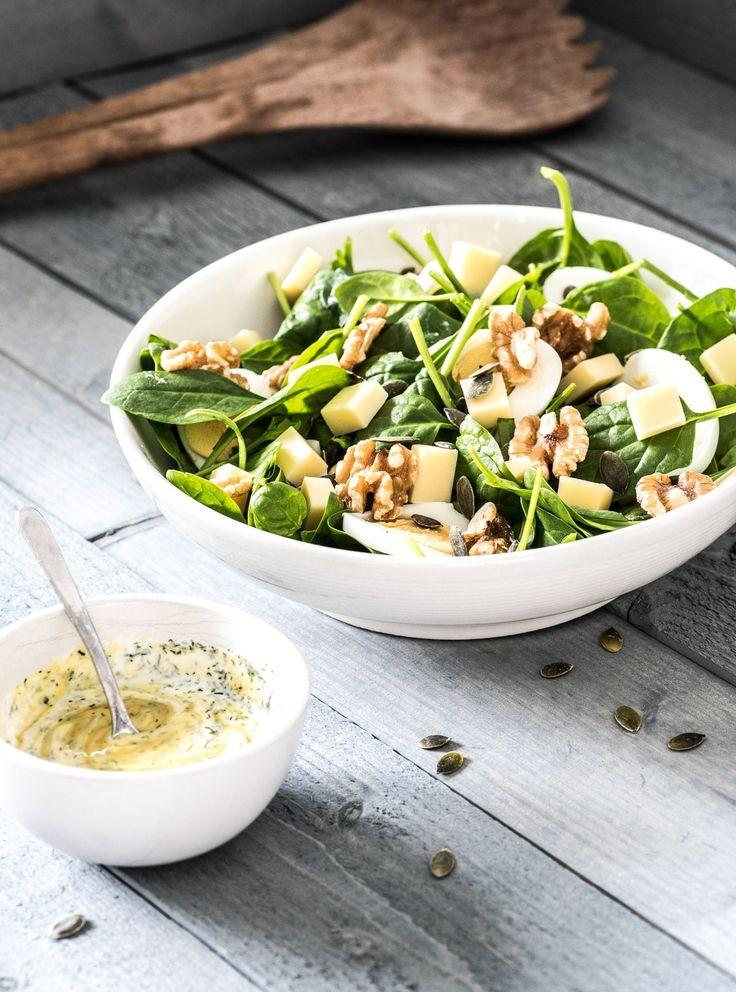 Spinazie salade met jonge kaas en lekkere dressing