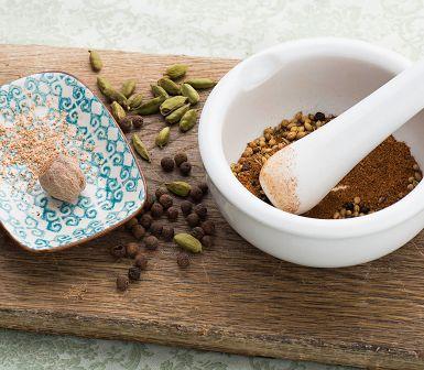 Upp till 20 kryddor kan ingå i den marockanska kryddblandningen ras-el-hanout. Här nöjer vi oss med hälften. Resultatet blir ett nog så mustigt pulver att smaksätta grillat kött, grytor eller ett enkelt grönsaksfräs med.