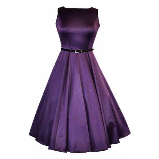 Lady V London Audrey Purple Šaty ve stylu 50. let. Nádherné šaty v krásné fialové barvě vhodné pro slavnostní příležitost - na plesy, svatby, do divadla, na promoci. Ve střihu Audrey s lodičkovým výstřihem, kolovou sukní, zapínání na skrytý zip v zadní části. Součástí úzký černý pásek. Dobře padnoucí střih, příjemný materiál (97% bavlna, 3% elastan). Pro dokonalý a bohatý objem sukně doporučujeme doplnit spodničkou z naší nabídky.