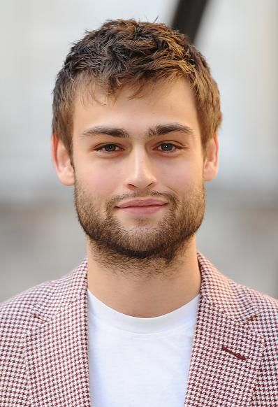 Douglas Booth Boosts Girlfriend Charm By Helping Refugees, Emma Watson Takes Interest? - http://imkpop.com/douglas-booth-boosts-girlfriend-charm-by-helping-refugees-emma-watson-takes-interest/