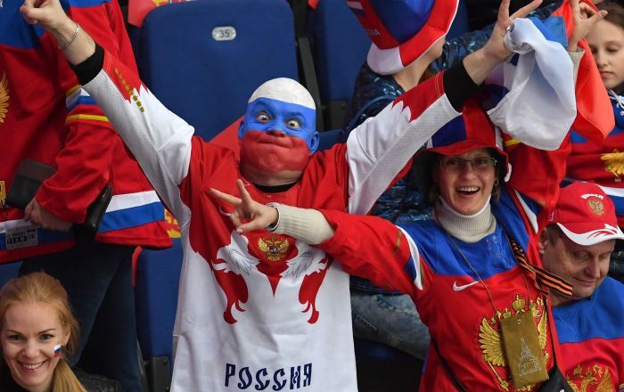 « Les auteurs de la chaîne de télévision financée par le gouvernement britannique (…) ont déployé un maximum d'efforts et de moyens afin de discréditer la Russie et la prochaine Coupe du Monde », a tonné l'ambassade de Russie au Royaume-Uni, commentant un film de la BBC2 sur des supporters russes.