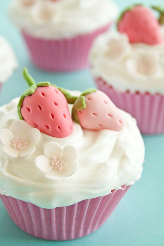 Te zoete aardbeien cupcakes met fondant - Culy.nl