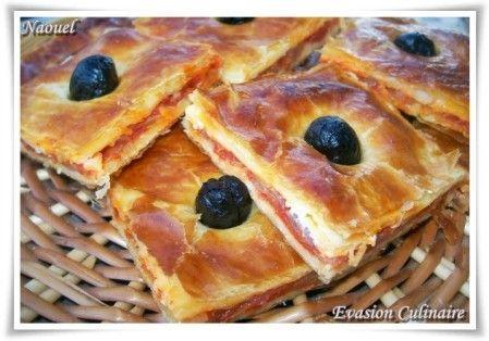 Coca algérienne : pâte feuilletée-tomates-oignons (et poivrons si on veut).
