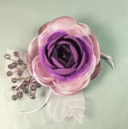 Купить или заказать Сливовый Сироп. Брошь - цветок ручной работы из ткани в интернет-магазине на Ярмарке Мастеров. Брошь - цветок ручной работы из ткани. Серединка - флюорит, бусины - стекло. Фиолетовый, сливовый, сиреневый, розовый, холодный розовый в цветке. Листья из светло-розовой полупрозрачной органзы.