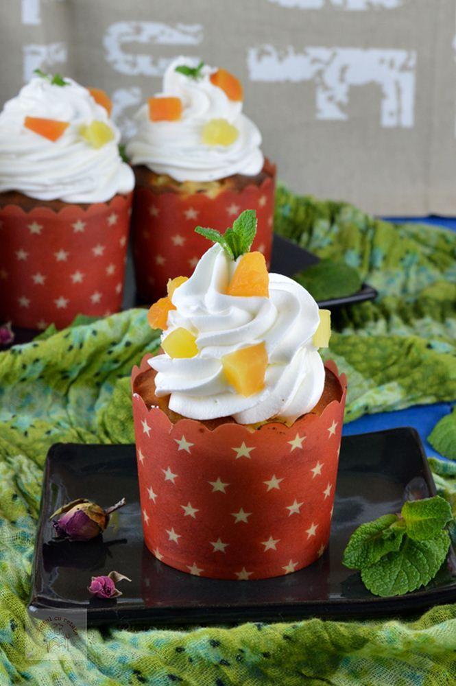 Cupcakes cu fructe tropicale si crema de mascarpone - CAIETUL CU RETETE