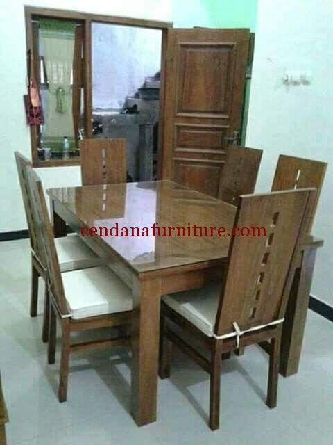 Meja Makan Jati Minimalis Mila terbuat dari kayu jati dengan design minimalis serta kami sempurnakan dengan finishing natural yang indah.