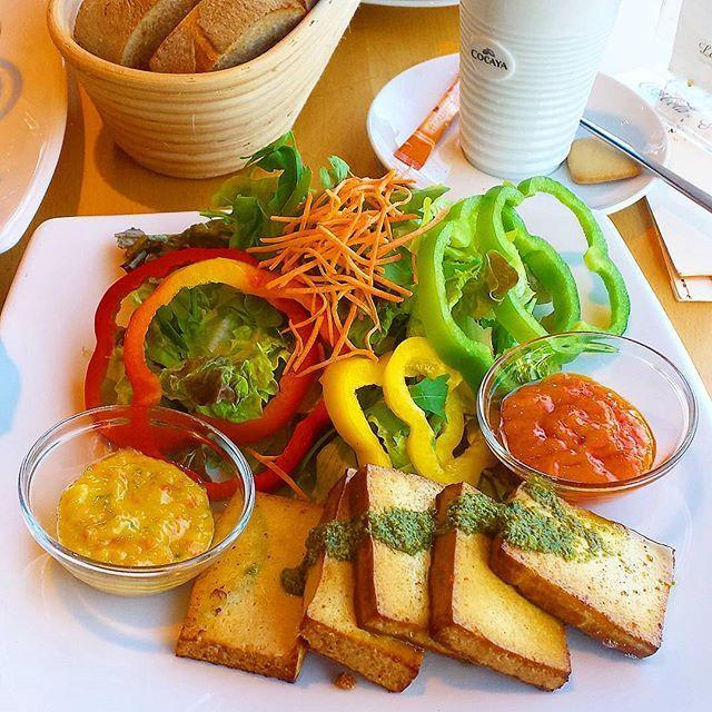 Heute waren @_vegan_for_everything_ und ich zusammen im Laib&Leben in Karlsruhe frühstücken 😊❤ Dort gibt es zwei vegane Varianten zur Auswahl ☺👍 Wir hatten das Frühstück mit Tofu, Pesto, Gemüse- und Mexicodip und Rohkost, außerdem waren Margarine, Marme