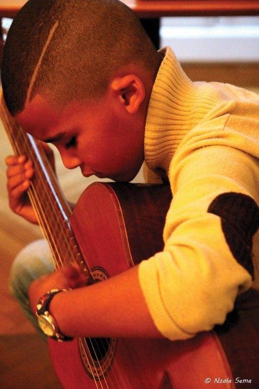7 años, intentando aprender a tocar guitara :)