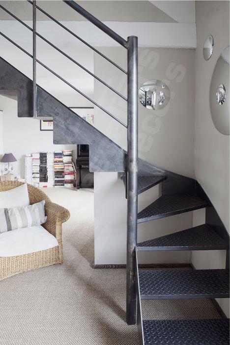 Photo DT77 - ESCA'DROIT® 1/4 Tournant Intermédiaire. Escalier d'intérieur métallique au design industriel et vintage. Escalier installé dans le cadre d'une rénovation dans 2 appartements transformés en duplex. Marches Nanoacoustic® tôle larmée antidérapante pour un escalier en acier silencieux. Limons découpés façon crémaillère inversée. Rampe contemporaine : acier brut patiné. - © Photo : Nicolas GRANDMAISON