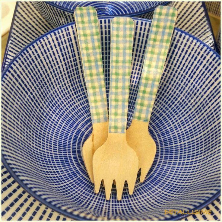 Tenedores pequeños de madera decorados con cuadritos verdes y azules Pedidos y catálogo: detallisime@yahoo.es