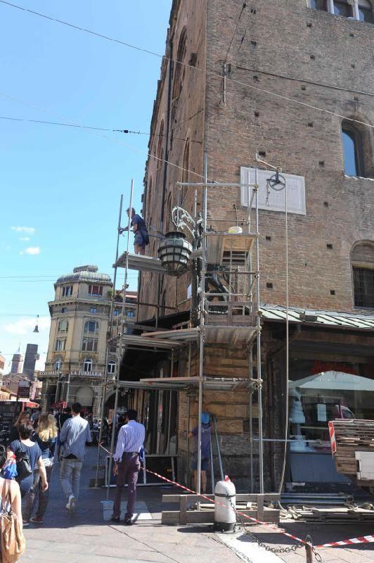 Restauro architetto Francisco Giordano   - Bologna http://www.archilovers.com/projects/38663/ideazione-e-realizzazione-restauro-lampione-d-angolo-di-palazzo-re-enzo-bologna-valorizzazione-opera-d-arte.html