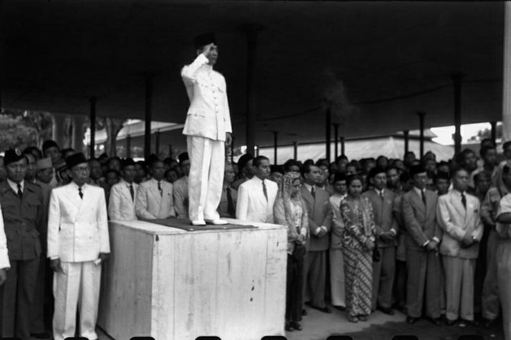 INDONESIA. Java. Jakarta. 1949. Independance celebration. Army parade. On the wooden platform is President SUKARNO. From Magnum Photos website.