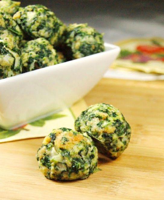 Boulettes d'épinard et parmesan Ingrédients 1 paquet (280 g) d'épinards surgelés, décongelés et bien drainé 1 paquet de chapelure ou écraser le pain d'un jour 2 petits oignons, haché finement 6 œufs battus 1/2 tasse de beurre fondu 1/2 tasse de parmesan 2 c. le sel d'ail 1 c. poivre noir (facultatif) Préparation : Bien mélanger tous les ingrédients .