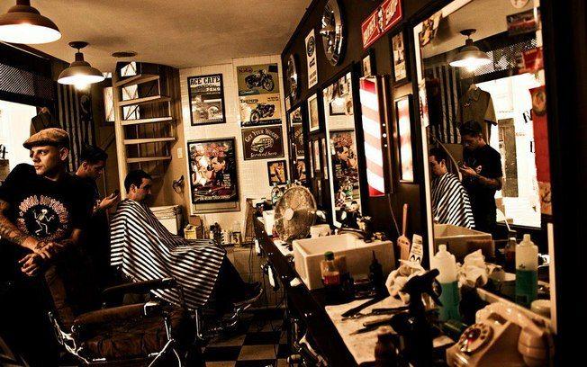"""""""Uma Sala de Barbeiro"""" Esta foto foi tirada pelo Brunno Kono no dia 9 de Agosto de 2013. Esta sala de barbeiro brasileiro, com quadros nas paredes, é como a sala de barbeiro que é mencionada pela Conceição. Conceição mencionou uma sala de barbeiro com quadros vulgares enquanto ela conversou com Sr. Nogueira a respeito dos quadros na sala onde eles estavam.  http://deles.ig.com.br/estilo/2013-08-09/um-lugar-para-beber-jogar-sinuca-relaxar-e-fazer-a-barba.html"""