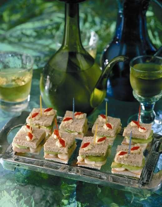Una celebración refleja un espíritu alegre en cada detalle. Prepara estos Mini Sándwiches Coloridos y lleva la cocina entretenida a todos tus invitados.