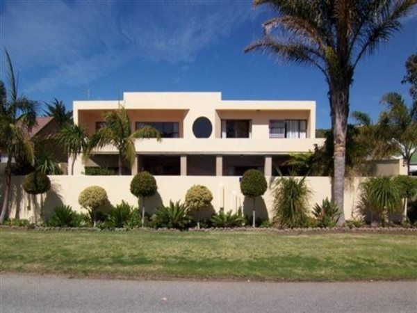 5 Bedroom House in Seaside Longships, 5 rothersands, VERY CLOSE TO PLETT'S MOST POPULAR BEACH  Elegant, large double storey family home. Stunning revamped open plan living area/kitchen. Inviting covered entertainment area with sparkling pool.   Self-con...