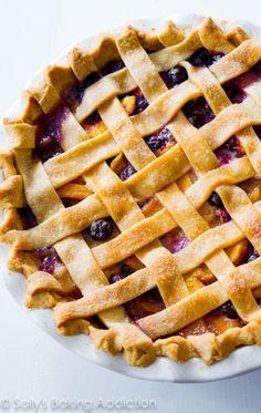 Eine klassische hausgemachte Heidelbeer-Pfirsich-Torte mit Gitter, die vor saftigem Aroma strotzt …   – yummy